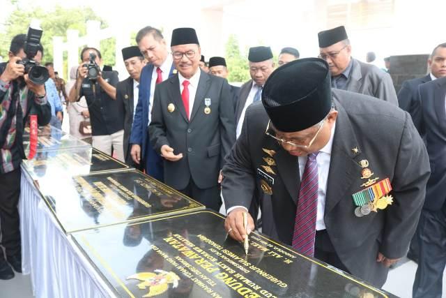Ketgam : Gubernur Sulawesi Tenggara (Sultra), Ali Mazi, SH saat menandatangani prasasti pengresmian kantor dan gedung auditorium Pemda konsel serta 9 bangunan infrastruktur strategis/foto/Humas Konsel