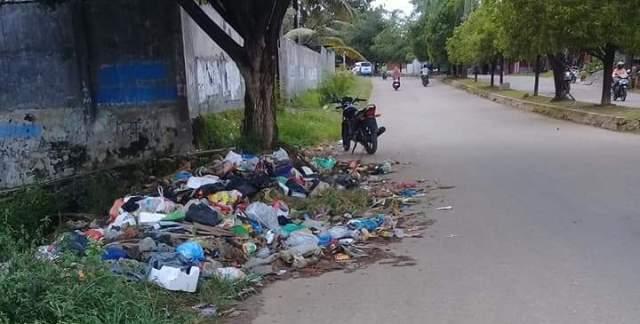 Ketgam : Sejumlah ruas jalan Kota Kabupaten Muna yang dijadikan tempat pembuangan sampah/foto/Rasyd