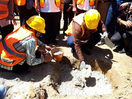 Ketgam : Bupati Muna L.M Rusman Emba, Saat Peletakan Batu Pertama Pembangunan TPAS di Desa Wawesa./foto : Rasyd Kalosara News