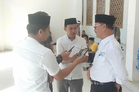 Ketgam : Surunuddin Dangga saat diwawancara usai shalat Jum'at di masjid Al Imran Konsel/foto: Afdal