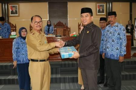 Ketgam : Ketua DPRD Konsel Irham Kalenggo saat menerima LKPJ 2018 Pemda Konsel dari Bupati Konsel Surunuddin Dangga
