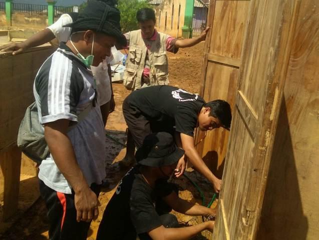 Ketgam : Relawan Muhammadiyah Disaster Manajemen Center Sulawesi Tenggara (MDMC Sultra) hari ini menurunkan relawan untuk membantu korban banjir di Kabupate Konawe Utara (Konut) Sultra