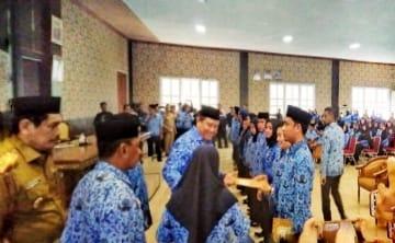 Bupati Muna, L.M Rusman Emba, ST Serahkan SK Pengangkatan CPNS