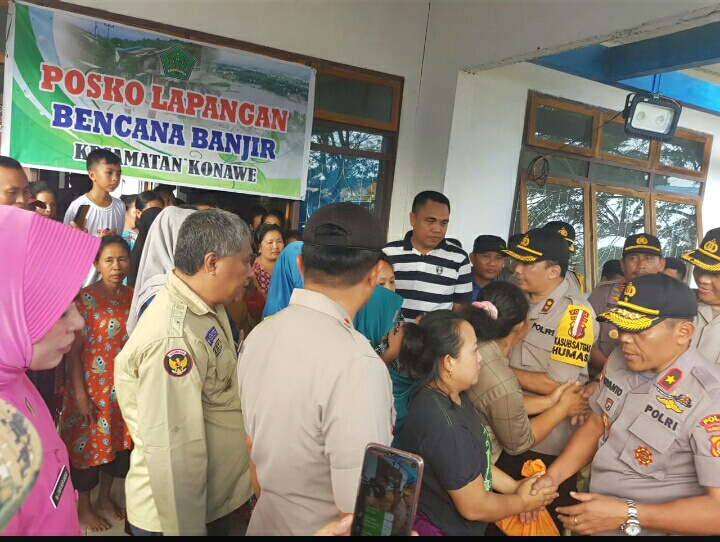 Ketgam : Sejumlah warga Pengungsi di Kantor Camat Konawe saat berebutan menyalami Kapolda Sultra, Brigjen Polisi Iriyanto, S.I.K.
