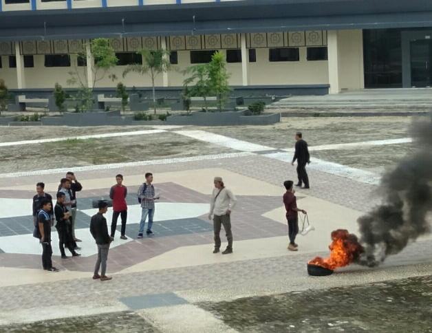 Ketgam : Massa aksi saat menggelar unjuk rasa di halaman Kampus IAIN Kendari