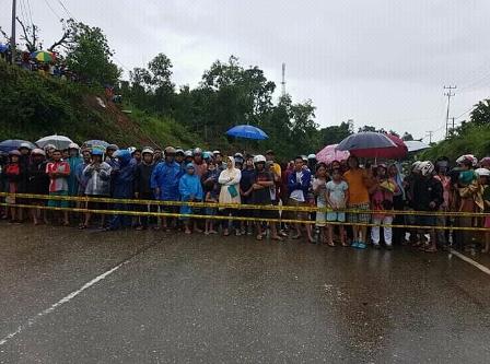Ketgam : sejumlah masyarakat saat tertahan oleh polisi line hendak menyaksikan jembatan Ameroro, Kecamatan Uepai yang putus akibat banjir