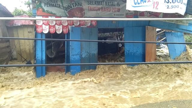 Ketgam : Rumah tempat karaoke Sinar Permata yang berada dibibir bendung Ameroro,Kecamatan Uepai, Kaupaten Konawe