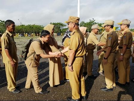 Ketgam : Bupati Konawe Selatan (Konsel), H. Surunuddin Dangga memimpin Apel Pagi pada hari pertama kerja