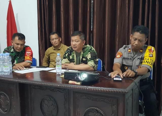 Ketgam : Wakil Bupati Konawe Gusli Topan Sabara saat memimpin rapat penambahaan waktu tanggap darurat banjir dan tanah lonsor di Konawe/foto : Januddin Kalosara News