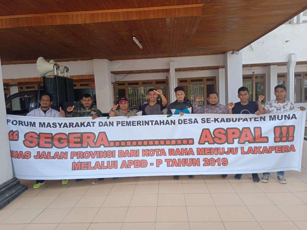 Ketgam : Unjuk Rasa Masyarakat dan Pemerintah Desa di Muna di Depan Kantor DPRD Sultra