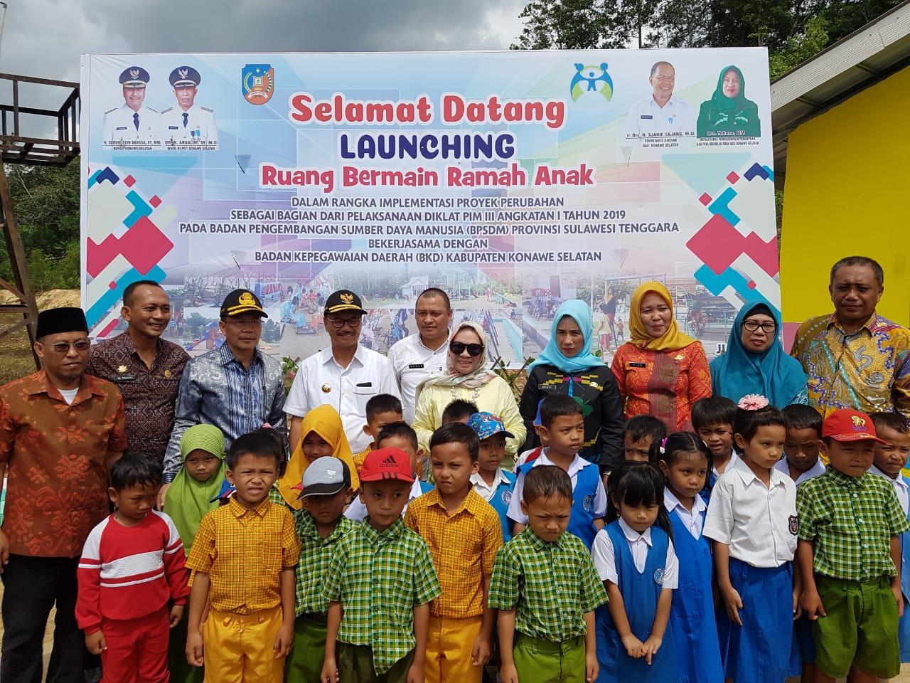 Ketgam : Bupati Konawe Selatan (Konsel), H. Surunuddin Dangga, ST.,MM saat meresmikan Taman Bermain Anak di Kelurahan Lapuko, Kecamatan Moramo