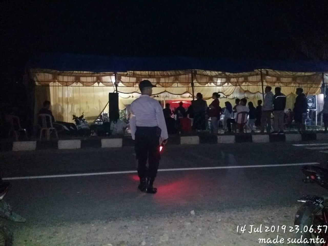 Ketgam : Personil Polse Palangga saat melakukan pengaman di acara Lulo pernikahan warga Desa Sanggi, Palangga.