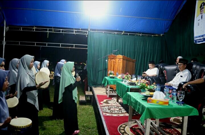 Ketgam : Bupati Konawe Selatan Surunuddin Dangga saat menyaksikan Qasida Robana diacara acara Halal Bihalal