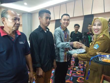 Ketgam : Sekertaris Kota (Sekot) Kendari, Nahwa Umar saat menyerahkan cenderamata pada peserta pelatihan/foto : Taufic Kalosara News