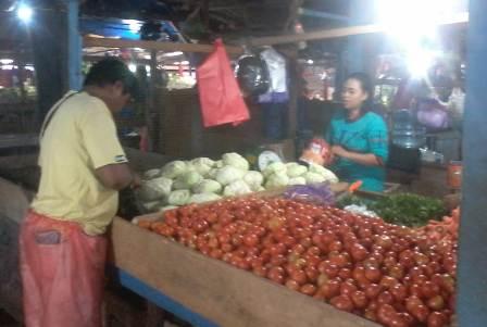 Ketgam : Naga pedagang pasar Baruga/foto : Arif Kalosara News