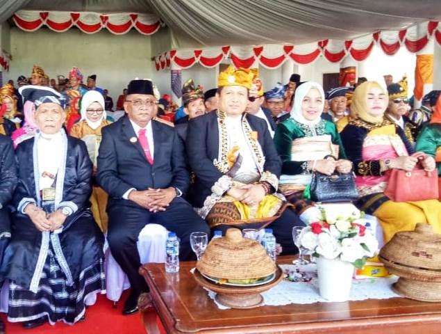Ketgam : Bupati Muna, L.M Rusman Emba (Tengah) didampingi Bupati Buton Tengah H. Samahuddin (Peci Hitam)