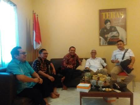 Ketgam : Mantan Ketua Persatuan Wartawan Indonesia (PWI) Provinsi Banten Firdaus saat diberi dukungan