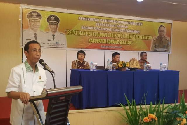 Ketgam : Wakil Bupati Konawe Selatan Dr. H. Arsalim Arifin, SE., M.Si Pelatihan dan Penyusunan Laporan Akuntabilitas Kinerja Instansi Pemerintah (LAKIP) di Zahra Hotel - Kendari, Jum'at (5/7/2019).