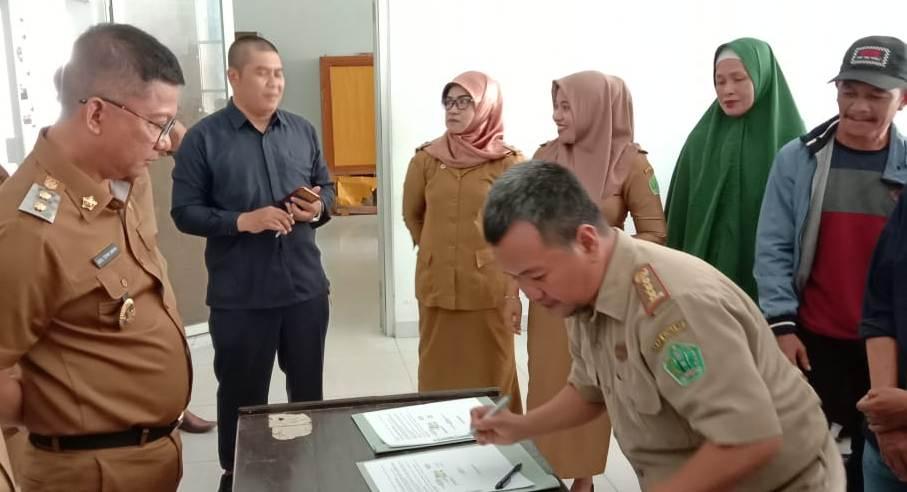 Ketgam : Wakil Bupati Konawe Gusli Topan Sabara saat menyaksikan penandatangan Perjanjian Kerjasama Progaram Pamsimas