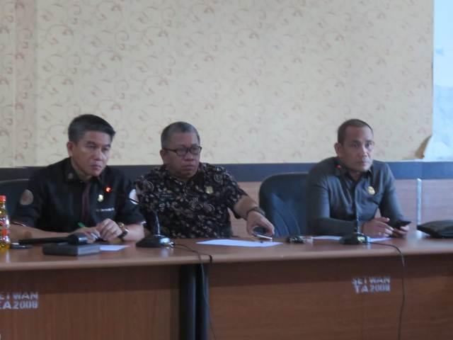 Ketgam : Ketua DPRD Konsel Irham Kalenggo (pertama kiri)