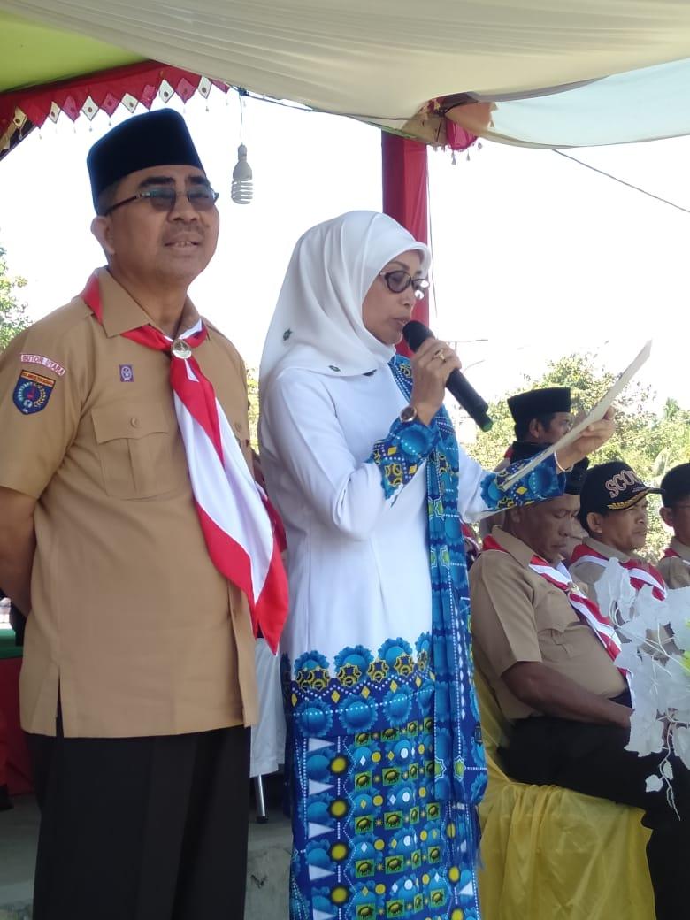 Ketgam : Ketua BKMT Kabupaten Buton Utara Hj. Siti Rabiah dan Bupati Buton Utara Abu Hasan saat melantik pengurus BKMT.