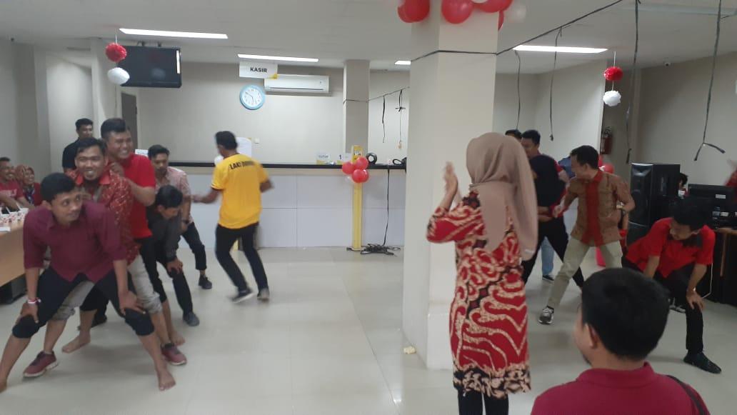 Ketgam : Keseruan para pegawai Adira Finance saat menggelar lomba bola gotong, dalam rangka merayakan HUT RI ke 74.