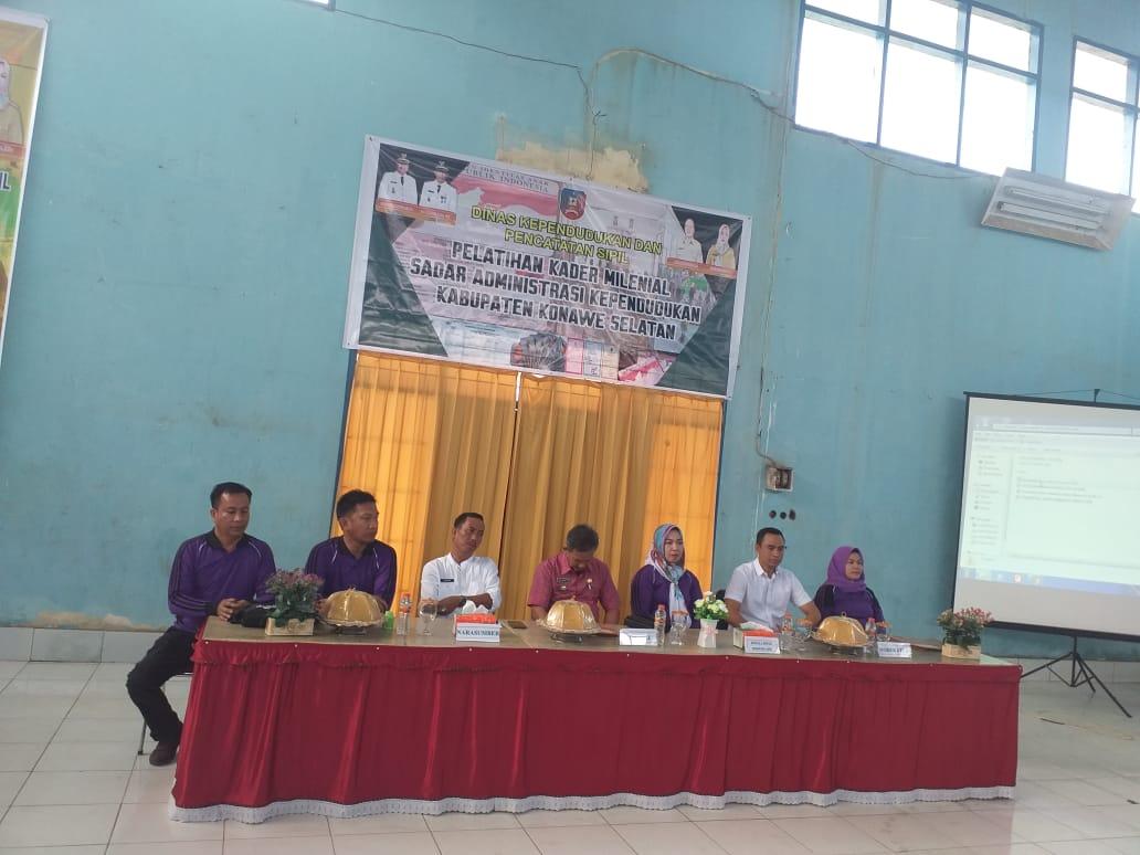 Ketgam : Dinas Kependudukan Dan Catatan Sipil Kabupaten Konawe Selatan saat mengelar pelatihan Kader Milenial di gedung SKB Ranomeeto.