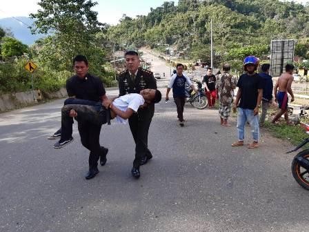 Ketgam : Komandan Kodim (Kodim) 1417/Kendari Letnan Kolonel Cpn KRT Fajar Lutvi Haris Wijaya SE,.M.I.Pol saat mengakat korban kecelakaan ke Mobil dinasnya/foto : Ist
