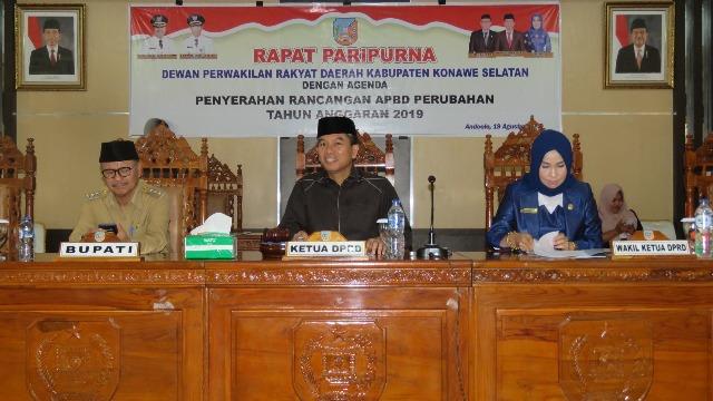 Ketgam : Dari depan : Ketua DPRD Konsel Irham Kalenggo (tengah) Nadira. SH (kanan), Bupati Konsel Surunuddin Dangga (kiri)