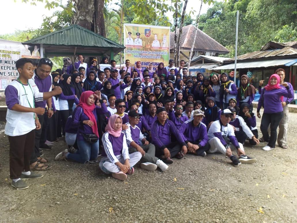 Ketgam : Acara penutupan Pelatihan kader Milenial Dinas Kependudukan dan Catatan Sipil Konsel di Permandian Air Terjun Moramo, Konsel