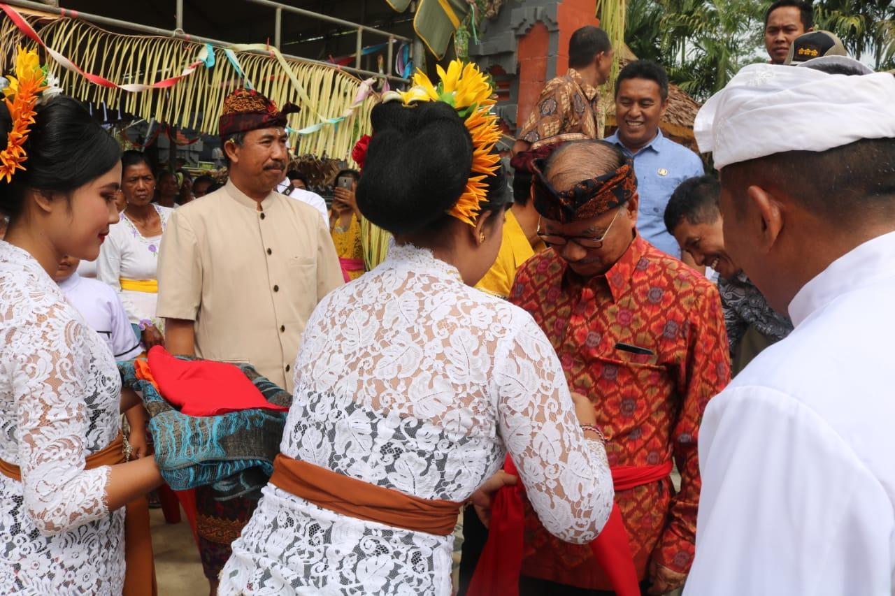 Ketgam : Bupati Konawe Selatan, Surunuddin Dangga saat meresmikan Pura Dalem Lingga Cakti Adat Taman Bali di Desa Monapa Kecamatan Mowila