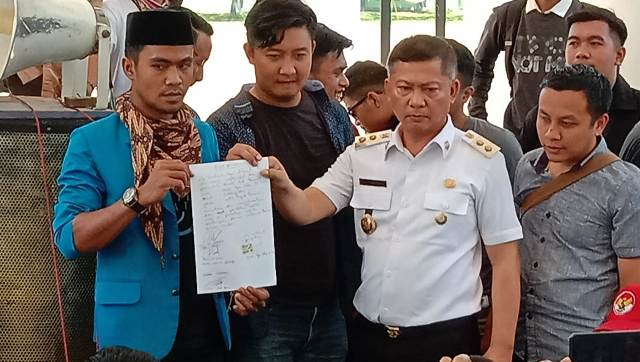 Ketgam : Wakil Bupati Konawe, Gusli Topan Sabara bersama Perwakilan Mahasiswa IPPIMK saat menunjukan surat kesanggupan untuk membangun gedung mahasiswa di Kota Kendari/foto : Januddin Kalosara News