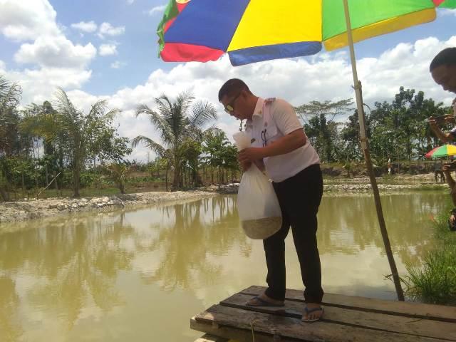 Ketgam : Wakil Bupati Konawe, Gusli Topan Sabara secara simbolis melapas ikan bantuan oada kolam warga