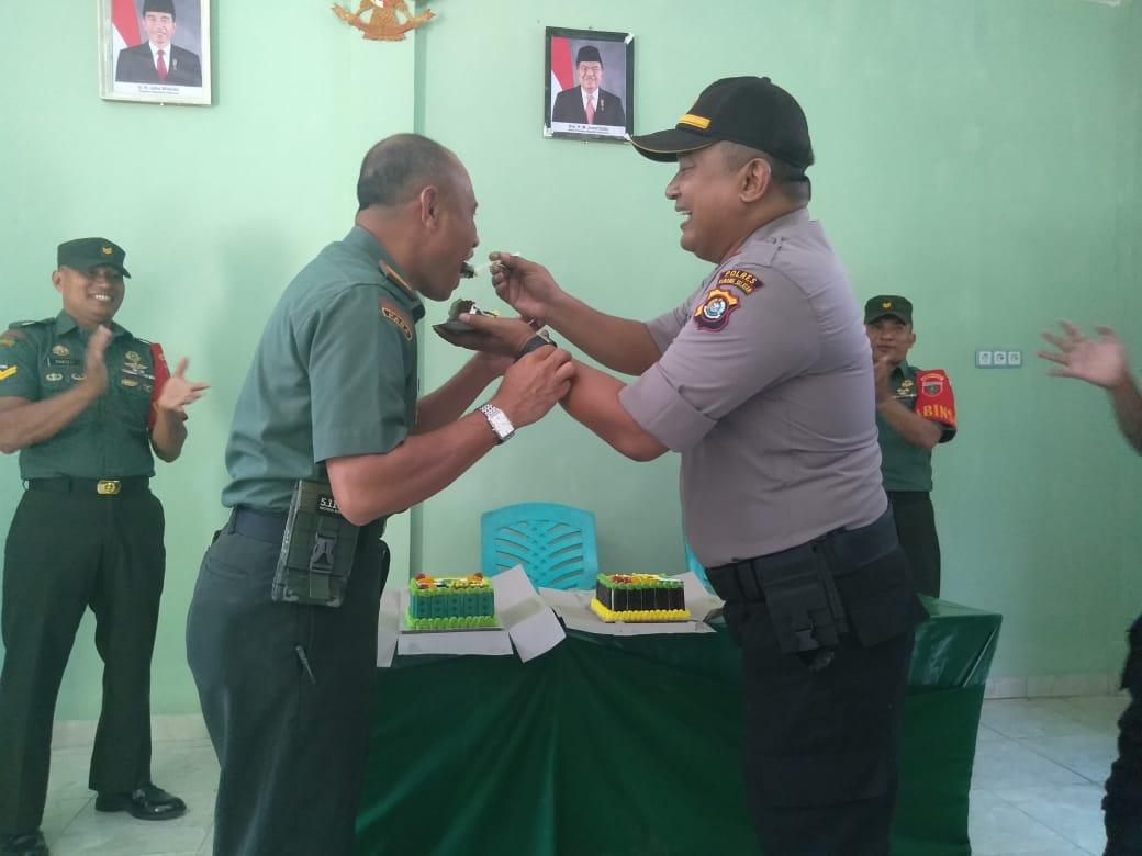 Ketgam : Kapolsek Lainea, AKP Henry Raviles saat menyerahkan kue ulang tahun kepada Danramil 04-1417 Lainea, Kapten Inf Arifuddin di Koramil Lainea