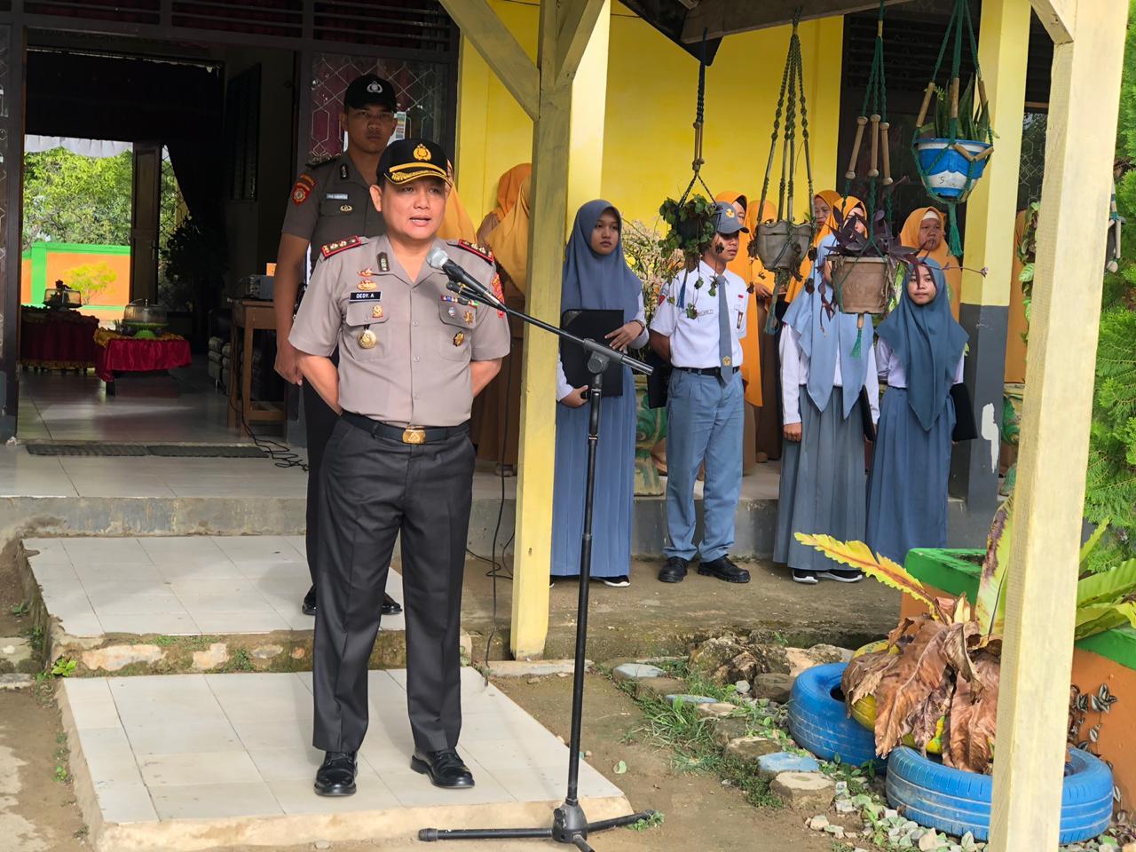 Ketgam : Kepala Kepolisian Resort (Kapolres) Konawe Selatan AKBP. Dedy Adrianto, SH saat menjadi inspektur Upacara di SMA Negeri 3 Konsel.