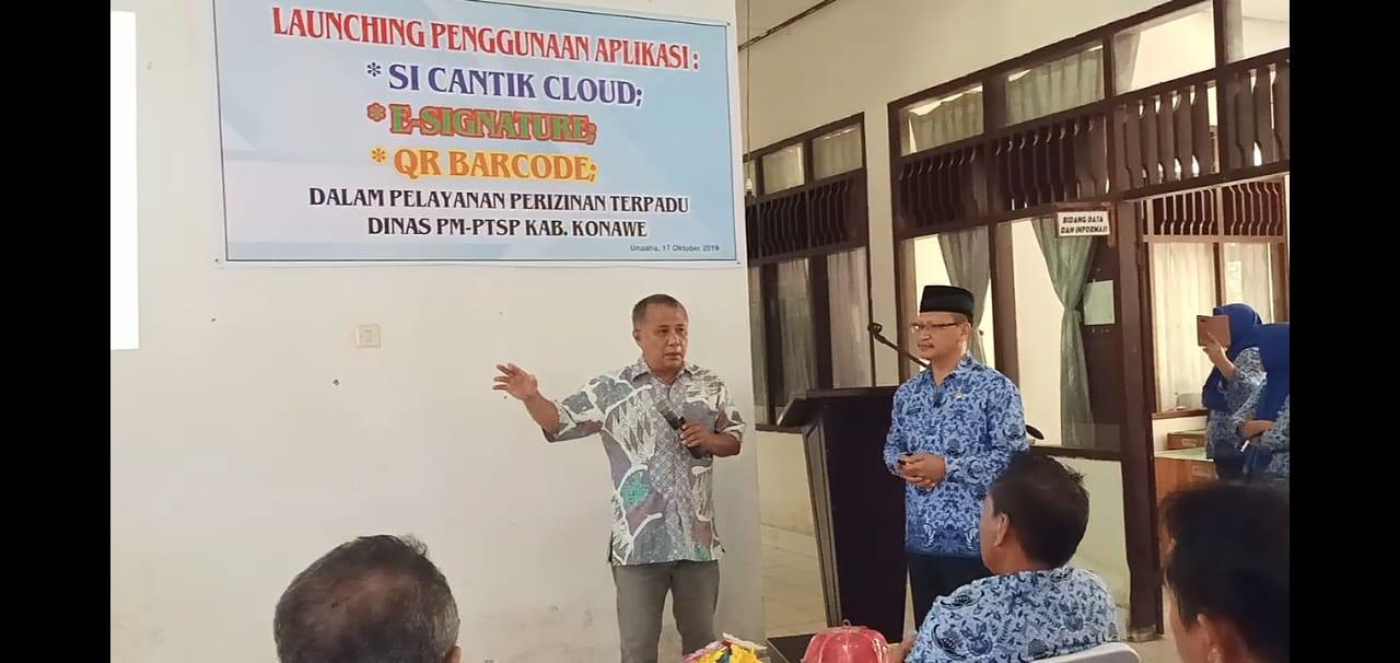 Ketgam : Keri Saiful Konggoasa (kiri) saat penyampaikan sambutannya usai meresmikan aplikasi Si Cantik Cloud di dampingi Kepala DPM-PTSP Konawe Burhan (kanan).