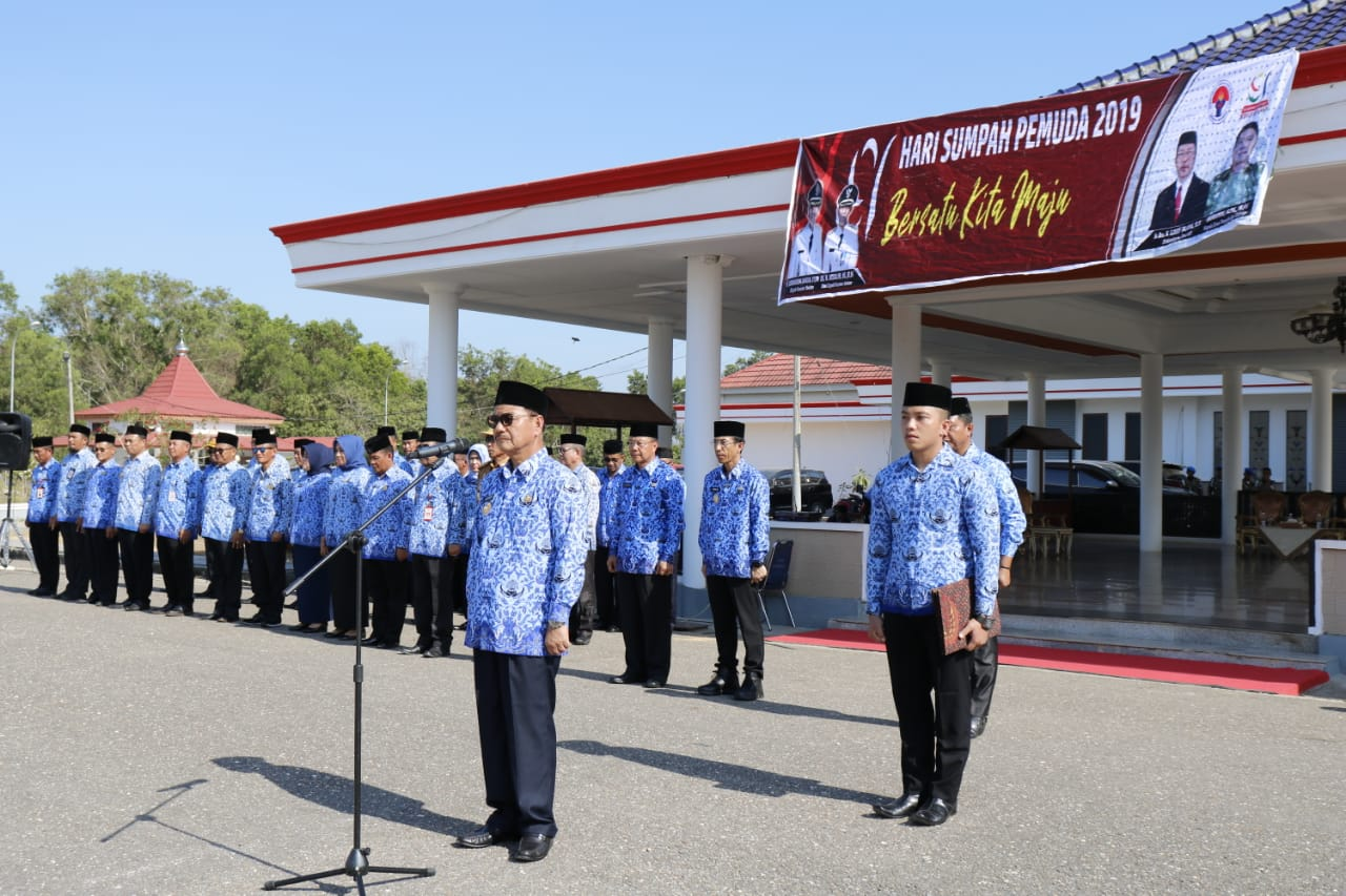 Ketgam : Bupati Surunuddin Dangga saat memimpin upacara Hari Sumpah Pemuda