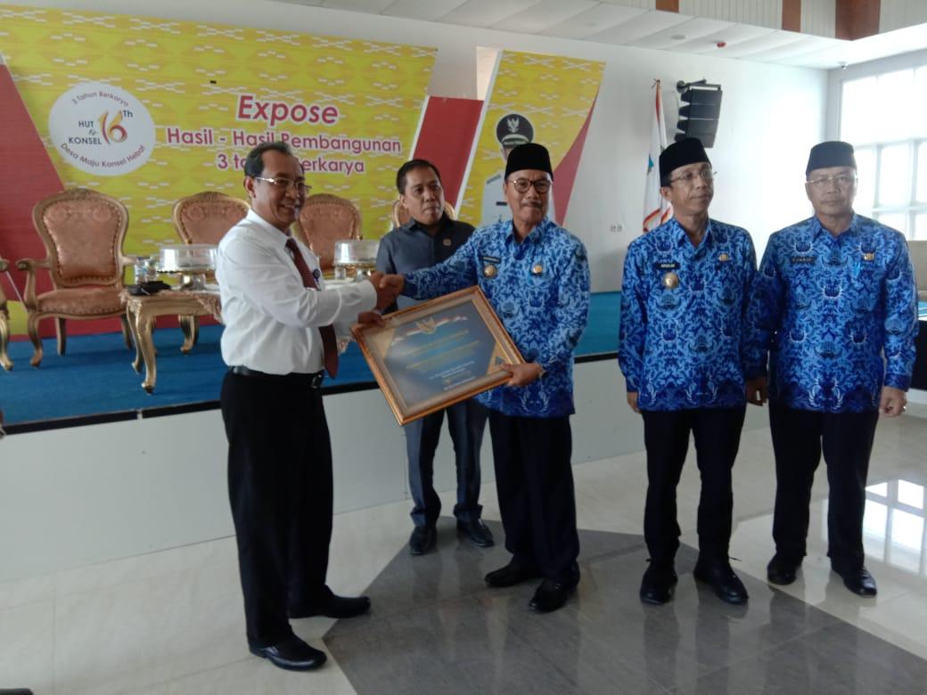 Ketgam: Surunuddin Dangga saat menerima piagam penghargaan opini WTP dari kementrian keuangan yang diserahkan Direktorat Jendral (Ditjen) Perbendaharaan Provinsi Sultra Arif Wibawa