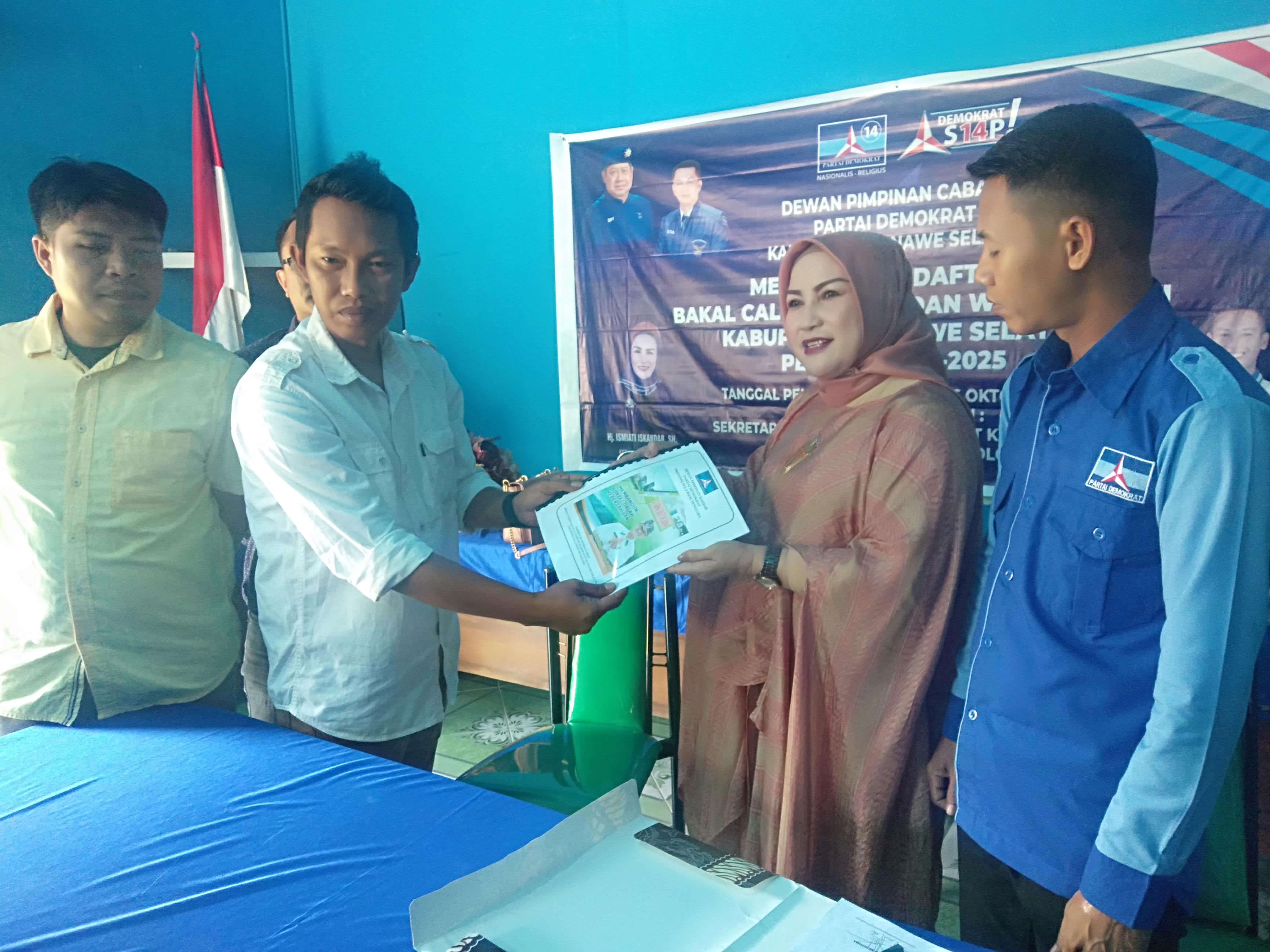 Ketgam : Tim Pemenangan Surunuddin, Nanang Supratman saat mengembalikan formulir Bacabup ke Tim Penjaringan DPC Demokrat Konsel.