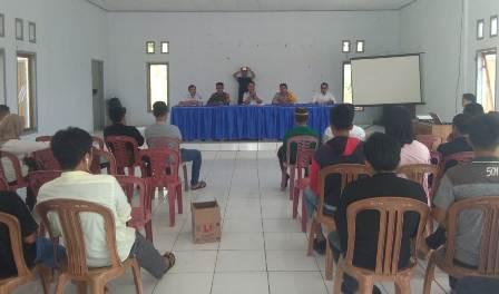 Ketgam: Camat Puriala Liasan P (tengah) bersama Kapolsek Puriala Ipda Hamsar, SH (kedua dari kanan) saat memimpin pertemuan dengan Konsorsium Pemerhati Agraria Sultra di Aula Kantor Kecamatan Puriala, Rabu (16/10/2019).