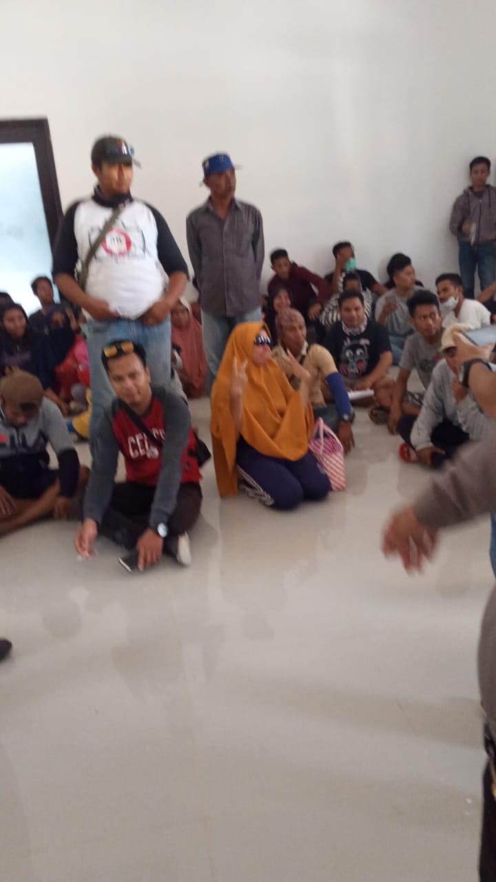 Ketgam : Puluhan Masyarakat saat menduduki perusahan pabrik kelapa sawit di Desa Wowalahambuti, Kecamatan Pondidaha, Kabupaten Konawe.