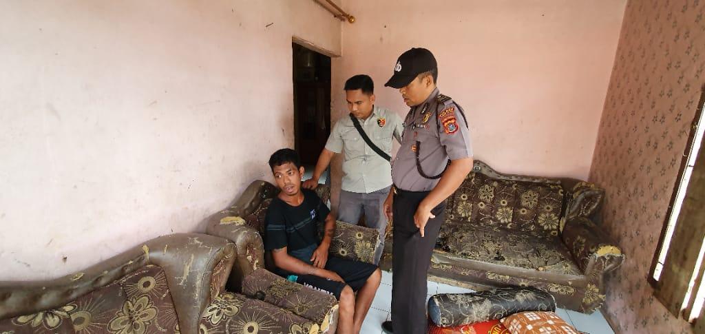 Ketgam : Kanit Reskrim Polsek Landono saat berhasil meringkus pelaku penganiaya balita.