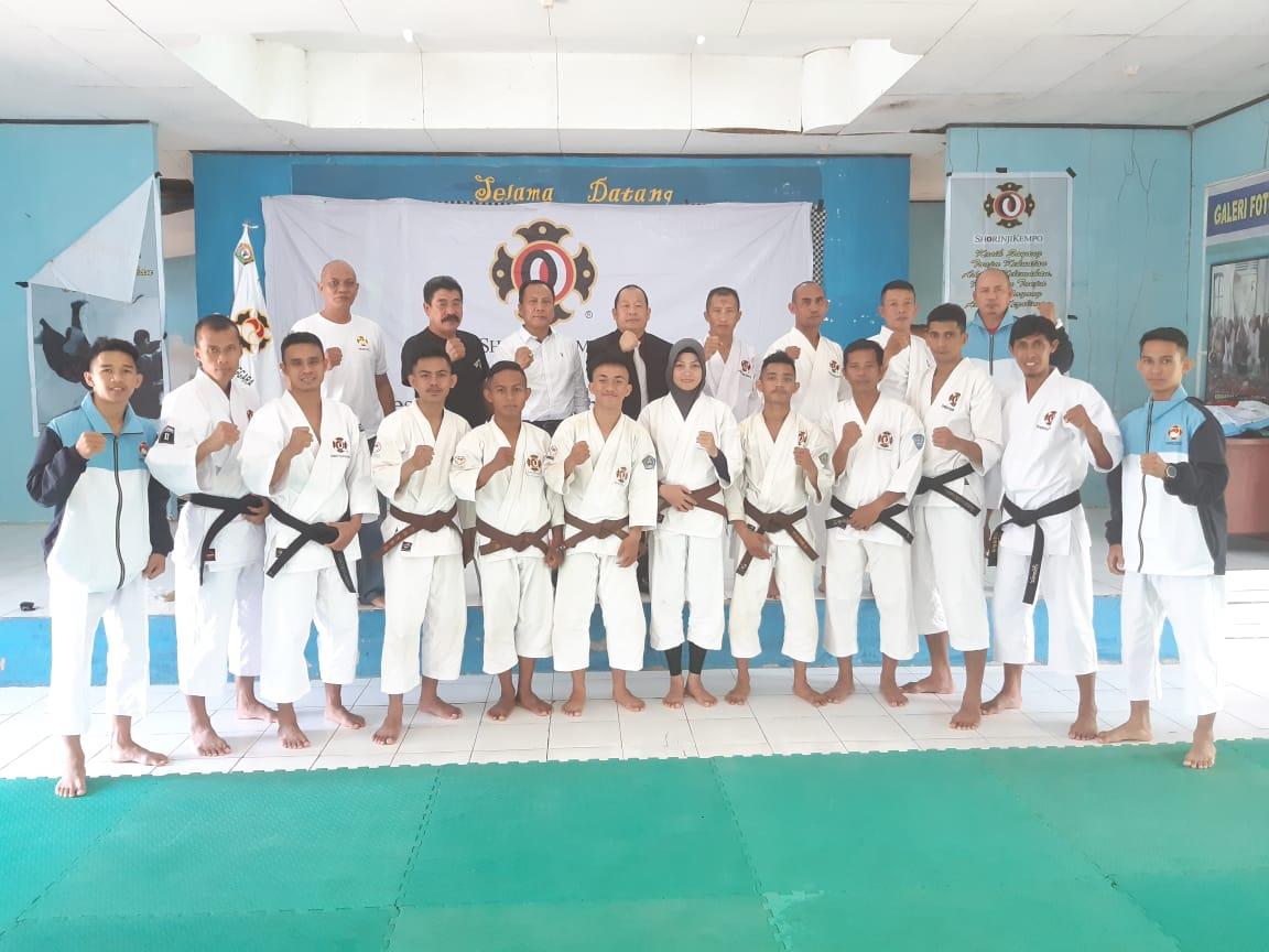 Ketgam : Pengurus Perkemi Sultra dan Atlet yang siap dikirim ke Banjarmasin, Kalimantan Selatan.