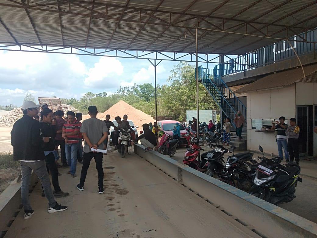 Ketgam : Puluhan Masyarakat saat melakukan unjuk rasa di kantor UD Maju Mandiri