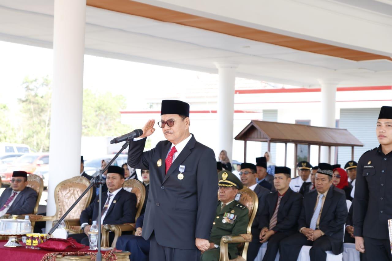 Ketgam : Bupati Konawe Selatan, H. Surunuddin Dangga saat memimpin upacara hari pahlawan