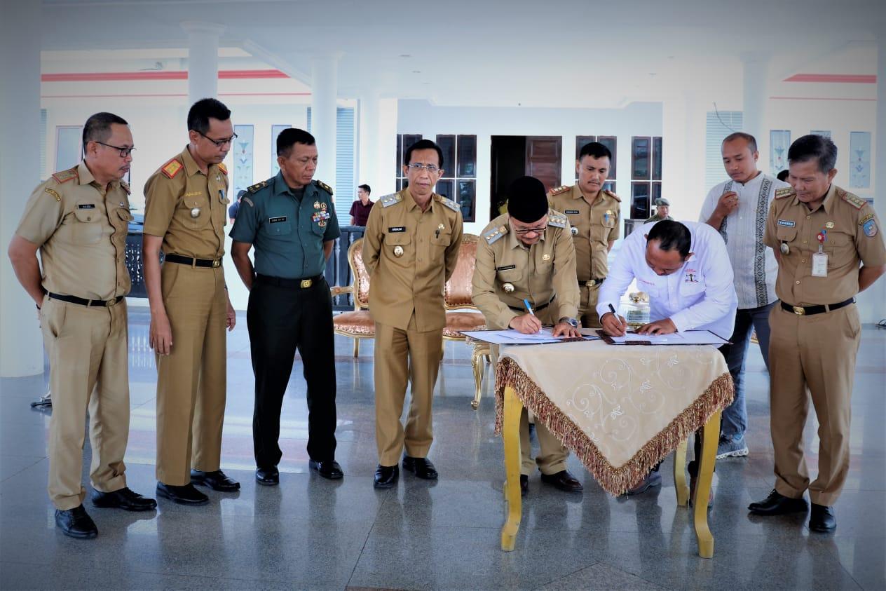 Ketgam : Bupati Konsep Surunuddin Sangga bersama Ketua LBH-HAMI Konsel Samsudin saat menandatangani MoU soal bantuan hukum untuk warga miskin