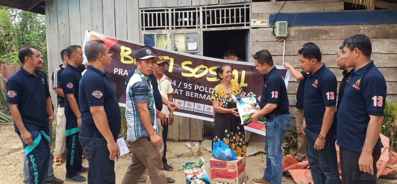 Ketgam : Kasat Reskrim Polres Konsel, IPTU Fitrayadi saat menyerahkan bantuan kepada masyarakat Konda