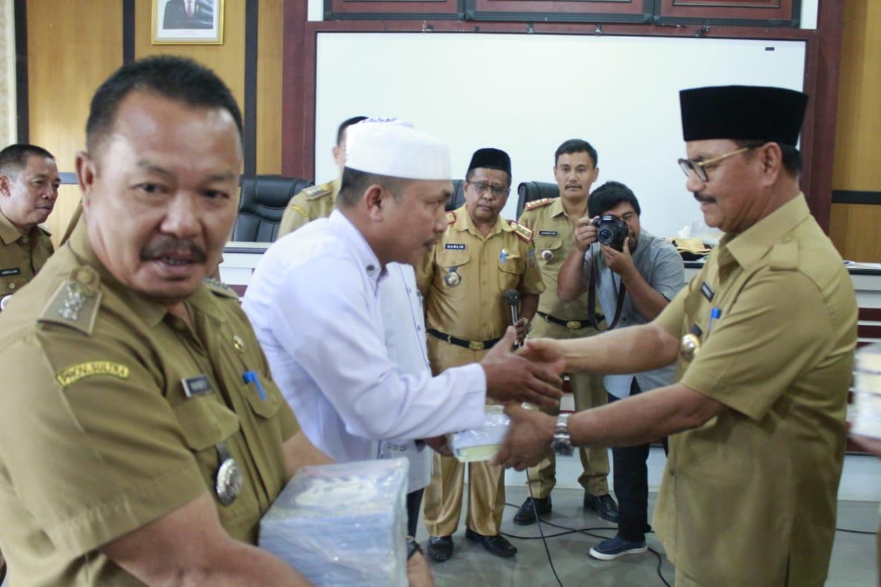 Ketgam : Surunuddin saat menyerahkan 50 SK Imam dan Pembantu Imam Masjid Se-Konsel