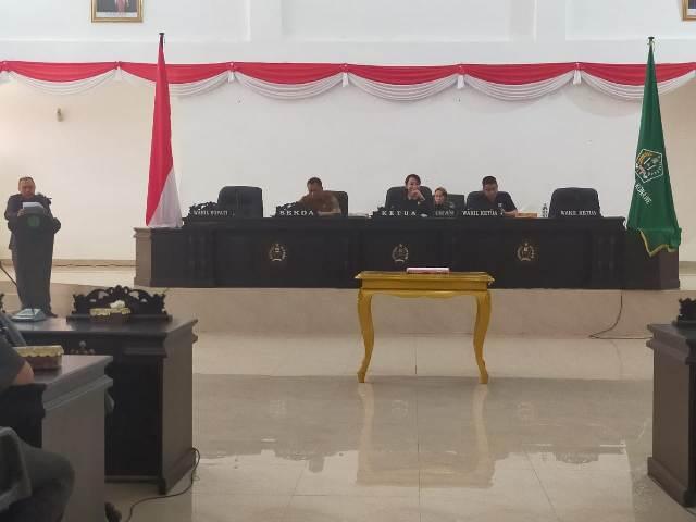 Ketgam : Wakil Ketua I DPRD Konawe Kadek Rai Sudyani (tenga) saat pimpin rapat paripurna