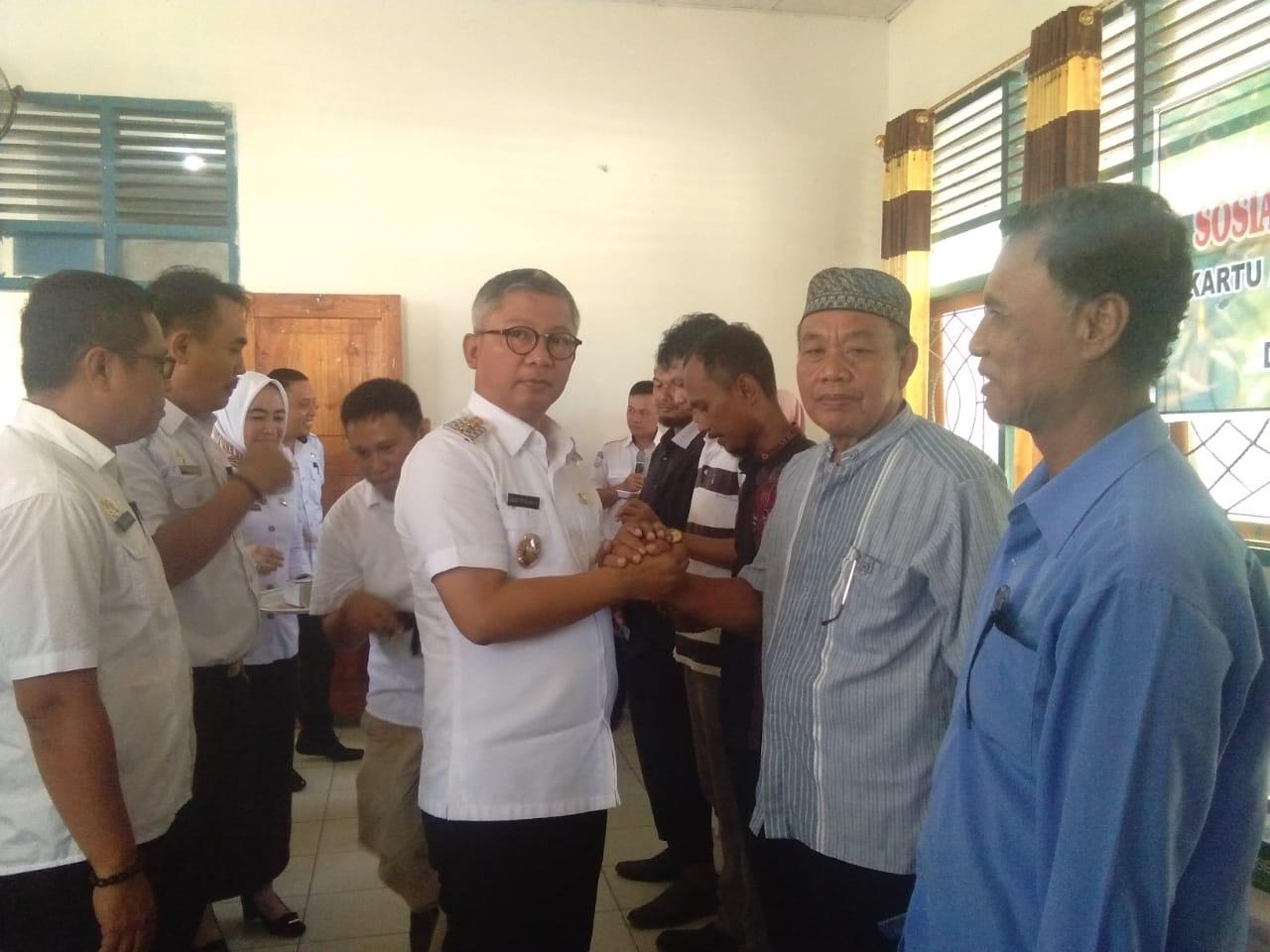 Ketgam : Wakil Bupati Konawe Gusli Topan Sabara saat menyerahkan kartu asuransi terhadap petani pembudidaya ikan
